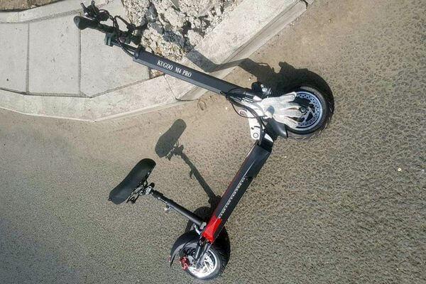 В Самаре мужчина на электросамокате попал под колеса автомобиля | CityTraffic