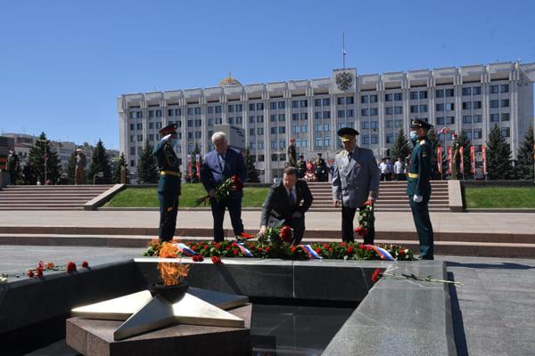 В Самаре в День памяти и скорби Дмитрий Азаров возложил цветы к горельефу Скорбящей Матери-Родине | CityTraffic