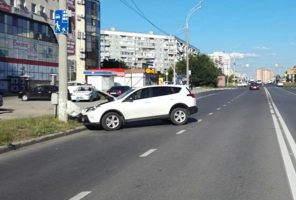 В Тольятти Toyota RAV4 врезалась в столб, пострадала 19-летняя пассажирка автомобиля | CityTraffic