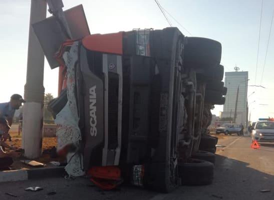 В Тольятти на Южном шоссе опрокинулся грузовик, водитель погиб | CityTraffic