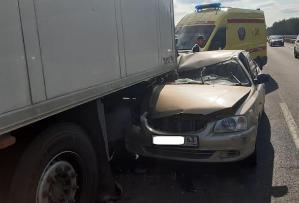 На трассе между Самарой и Тольятти легковушка влетела под грузовик, пострадал один человек   CityTraffic