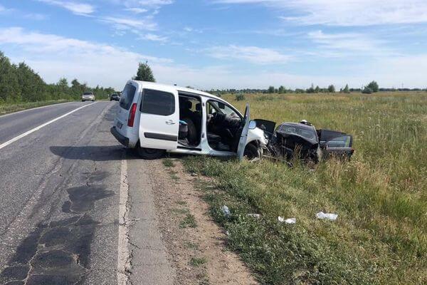 Четыре человека пострадали в столкновении минивэна и легковушки на трассе в Самарской области | CityTraffic