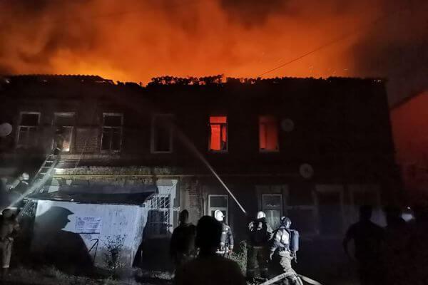 В Самаре ночью подожгли дом, его тушили 93 пожарных: видео | CityTraffic