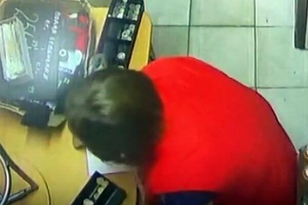 Кассир, которая воровала деньги под столом, попала на видео в Самарской области | CityTraffic