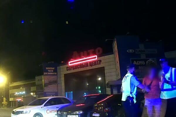 Скрываясь от погони, пьяная женщина протаранила припаркованные автомобили в Тольятти: видео | CityTraffic