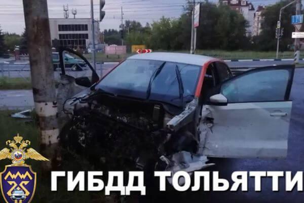 Пьяный житель Тольятти протаранил ограждение на машине, взятой в каршеринг: видео   CityTraffic