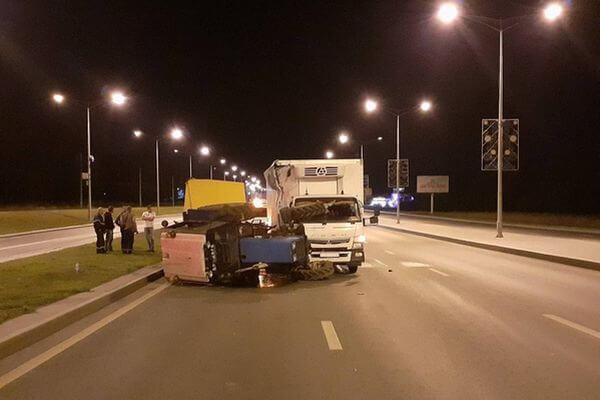 В Самаре водитель грузовика догнал трактор и опрокинул его | CityTraffic