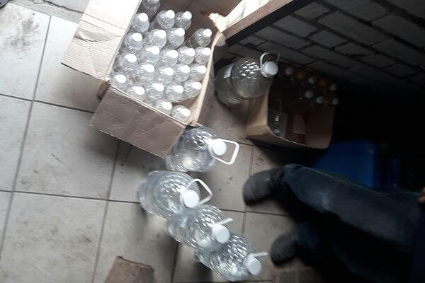 У пенсионера из Самарской области изъяли более 80 литров паленого спирта | CityTraffic