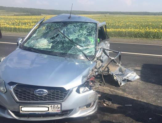На трассе М-5 Датсун, обгоняя автокран, порвал шину, опрокинулся и влетел под грузовик   CityTraffic