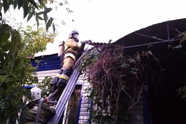 В Самаре 43 человека тушили горящий заброшенный дом | CityTraffic