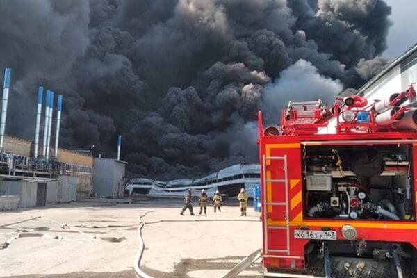 В Самаре на складе горят 100 тон изделий ПВХ, пожарные ждут прибытия авиации: видео | CityTraffic