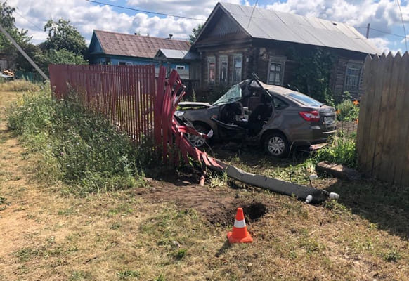 """""""Гранта"""" вылетела в кювет, врезалась в столб и снесла забор на трассе в Самарской области   CityTraffic"""