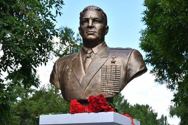 В Самаре установили памятник командиру крылатой пехоты Василию Маргелову | CityTraffic