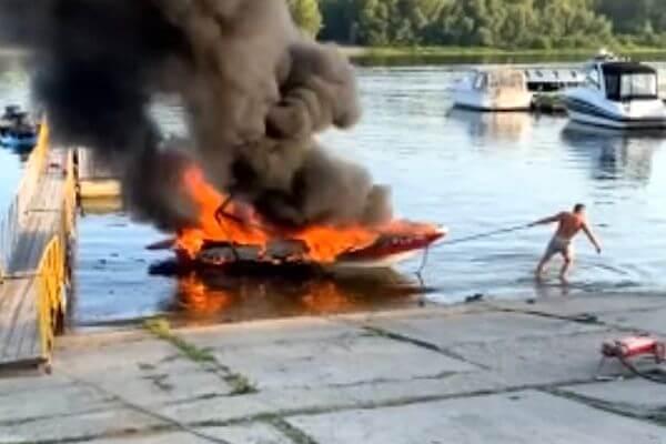 В МЧС рассказали подробности пожара на лодке в Тольятти | CityTraffic