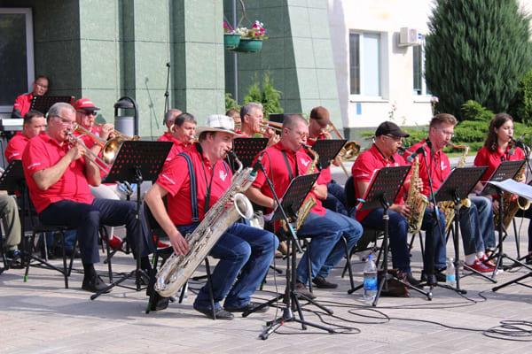 Музыканты Тольяттинской филармонии дали концерт на открытом воздухе | CityTraffic