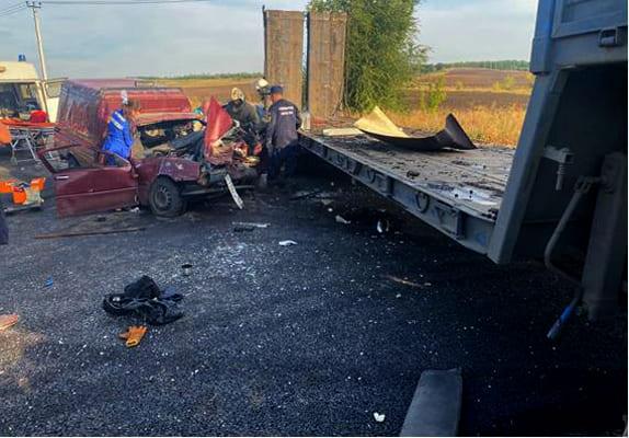 Два человека пострадали в результате столкновения грузовика и легковушки в Самарской области | CityTraffic