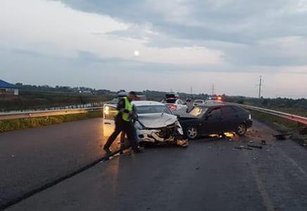 На автодороге «Тольятти-Ташелка» столкнулись две вазовские легковушки, пострадали 4 человека | CityTraffic