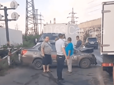 Два человека пострадали в результате столкновения такси и маршрутки в Самаре: видео | CityTraffic