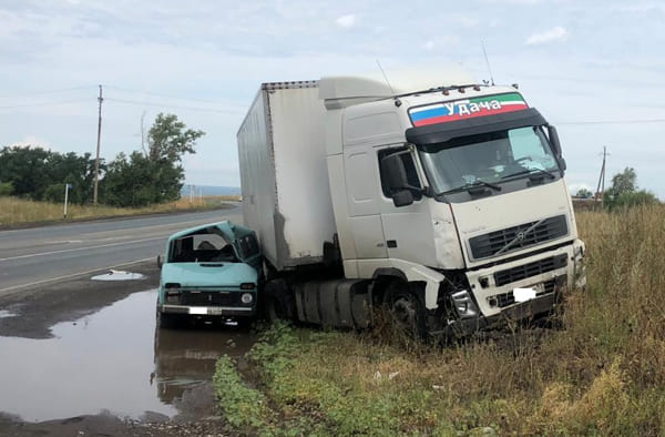 На обводной дороге Самары «Лада» при развороте врезалась в грузовик, пострадал водитель легковушки | CityTraffic