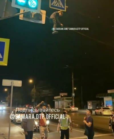 В Самаре ночью мужчина залез на провода над проезжей частью   CityTraffic