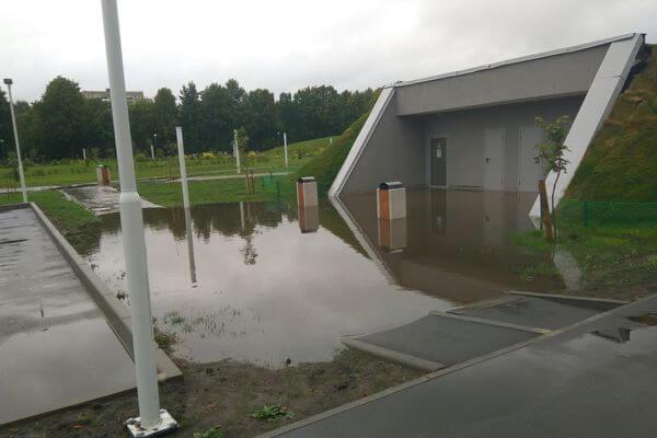 Жителей Тольятти возмутила затопленная дорога к туалетам в новом парке в честь АВТОВАЗа | CityTraffic