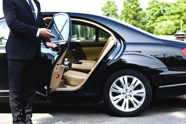 Россияне требуют лишить чиновников личных водителей | CityTraffic