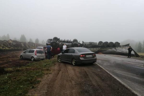 В МЧС рассказали о пострадавших в аварии с фурой, которая опрокинулась на трассе М-5 между Самарой и Уфой | CityTraffic