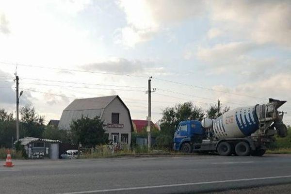 КаМАЗ отправил легковушку в кювет и в забор на трассе в Самарской области | CityTraffic