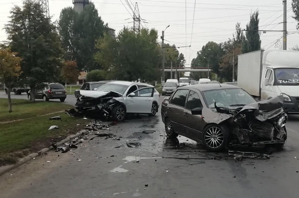 Два человека пострадали в результате столкновения «Гранты» и «Весты» в Центральном районе Тольятти | CityTraffic