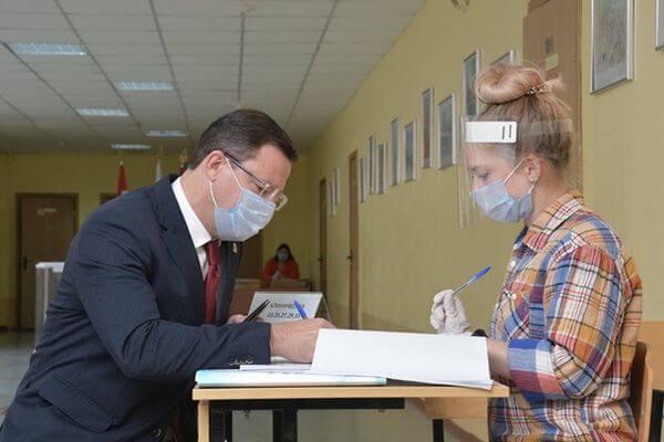 Губернатор Самарской области проголосовал на муниципальных выборах в своей родной школе | CityTraffic