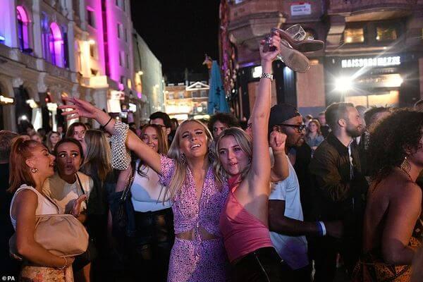 Ночь последней выпивки отмечают англичане перед ужесточением ограничений по COVID-19 | CityTraffic