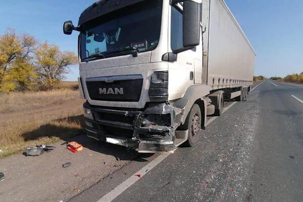Грузовик выбросил на обочину легковушку в Самарской области | CityTraffic