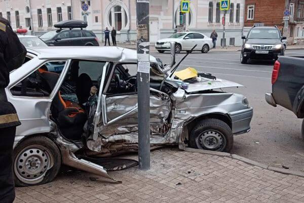 В Самаре двое маленьких детей пострадали в столкновении автомобилей на улице Фрунзе: видео | CityTraffic