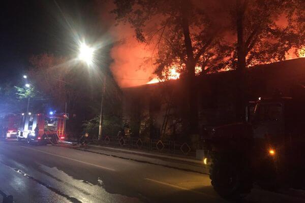 В Чапаевске загорелся заброшенный барак площадью 250 квадратных метров | CityTraffic