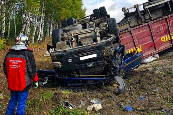 Тягач с металлом перевернулся на трассе М-5 у Октябрьска, водитель погиб | CityTraffic