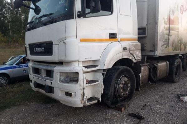 КаМАЗ опрокинул легковушку, выехав на встречную полосу на трассе М-5 в Самарской области | CityTraffic