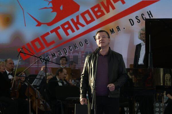 Дмитрий Азаров вместе с горожанами посмотрел выступления Дениса Мацуева и Сергея Безрукова на фестивале в честь Шостаковича: видео | CityTraffic