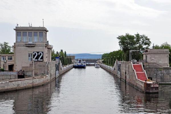 На Волге в Тольятти баржа врезалась в створку шлюза | CityTraffic