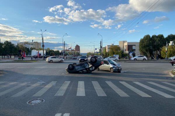 "В Самаре ""Дэу"" опрокинул ""Весту"", пострадали женщина и ребенок | CityTraffic"