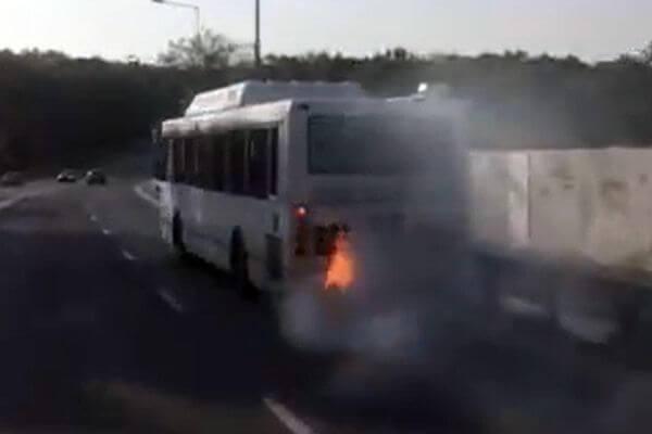 В Самаре на ходу загорелся автобус: видео | CityTraffic