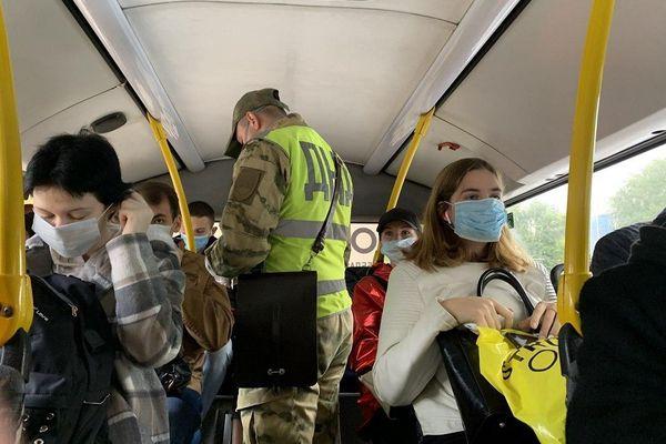 В Самаре пассажиры автобуса поделились запасными маскам с теми, кто не взял свои | CityTraffic