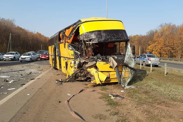 В Самарской области два пешехода попали в больницу после того, как их сбил КАМАЗ, в который врезался автобус | CityTraffic
