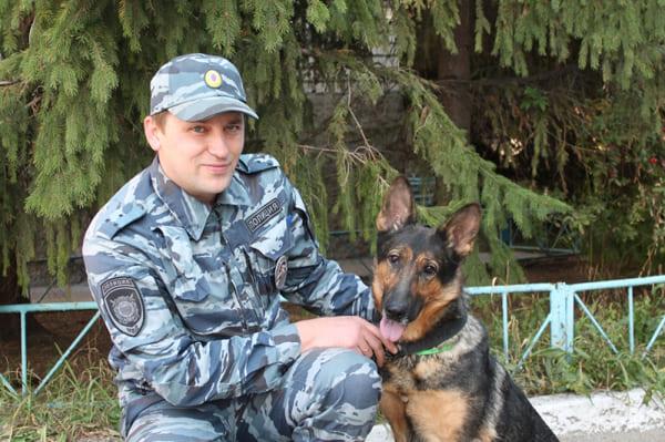В Сызрани служебная собака привела сотрудников полиции к канализационному колодцу, где прятался грабитель   CityTraffic