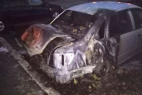 В Тольятти ночью 7 человек тушили горящую вазовскую легковушку: видео | CityTraffic