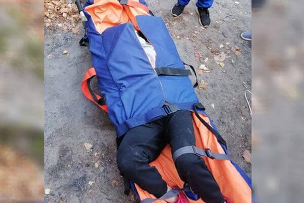 На водопаде Девичьи слезы упала женщина, спасатели несли ее на носилках полтора километра | CityTraffic