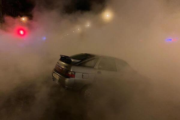 В Самаре машина провалилась вместе с асфальтом на проспекте Кирова из-за коммунальной аварии | CityTraffic