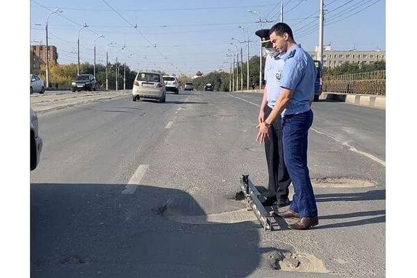 Прокуроры нашли на путепроводе по проспекту Кирова в Самаре ямы недопустимых размеров | CityTraffic
