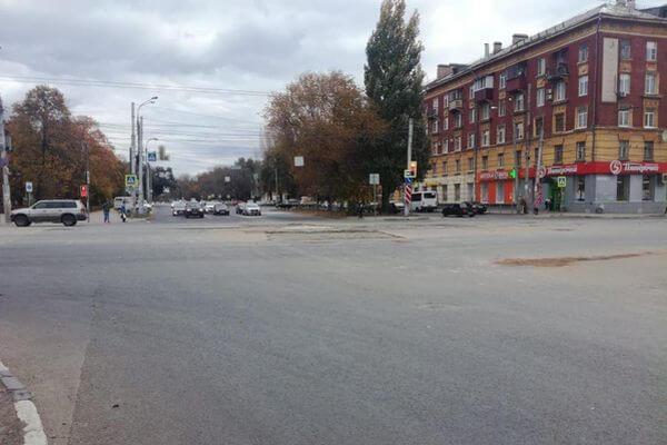 В Самаре заделали дыру в асфальте, куда накануне провалился автомобиль | CityTraffic