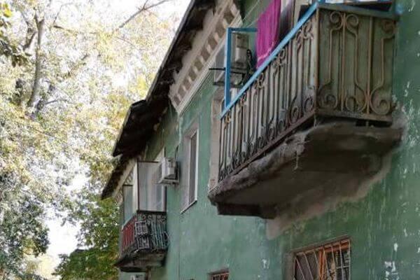Прокуроры в Самаре заставили коммунальщиков починить балкон, который грозил рухнуть | CityTraffic