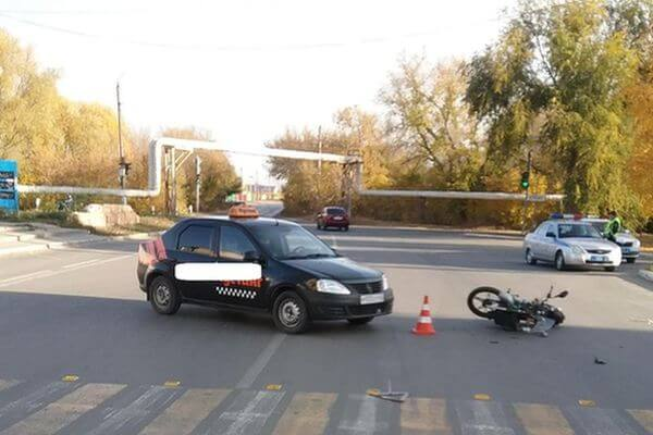 В Чапаевске водитель мопеда попал в больницу, потому что таксист не уступил ему дорогу | CityTraffic